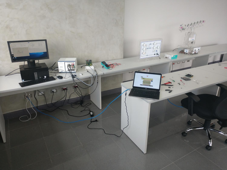Laboratorio de electrónica desplegado en la Universidad Estatal a Distancia de Costa Rica (UNED)